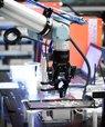 Lektor Xuping Zhang og hans forskerteam på Aarhus Universitet har udviklet en adaptiv gribehånd til robotten, som blev demonstreret på Jydsk Emblem Fabrik mandag d. 18 januar. Foto: Peer Klercke.